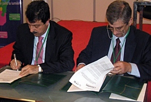 Ahmed Squalli et Miguel Angel Ripollés signent l'accord d'échange (photo DR)