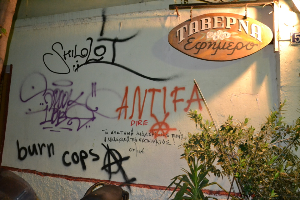 Graffitis anarchistes sur un mur d'Athènes (photo F.Dubessy)