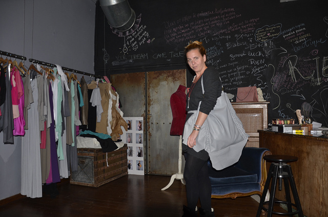 Penny Vomva dans son atelier magasin (photo Angélique Kourounis)