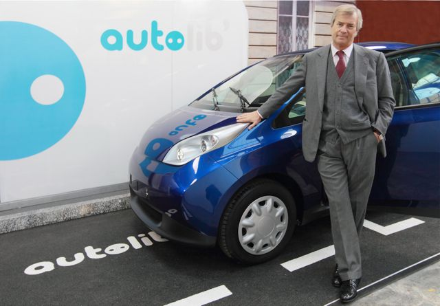 Vincent Bolloré Pdg du groupe  devant la Blue Car. (Photo Bolloré)