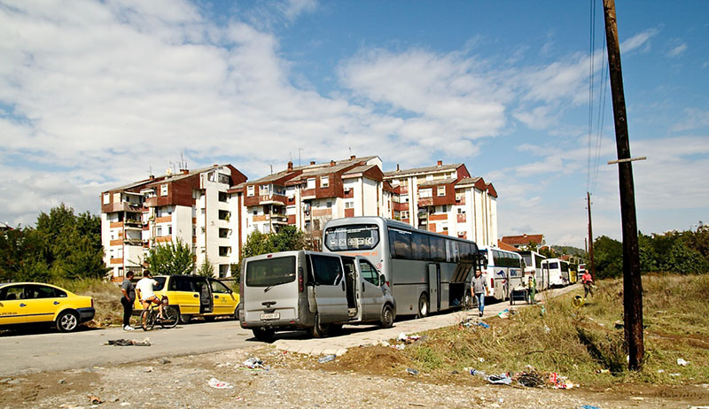 A Gevgelija, bus et taxis attendent les migrants (Photo : Laetitia Moréni)